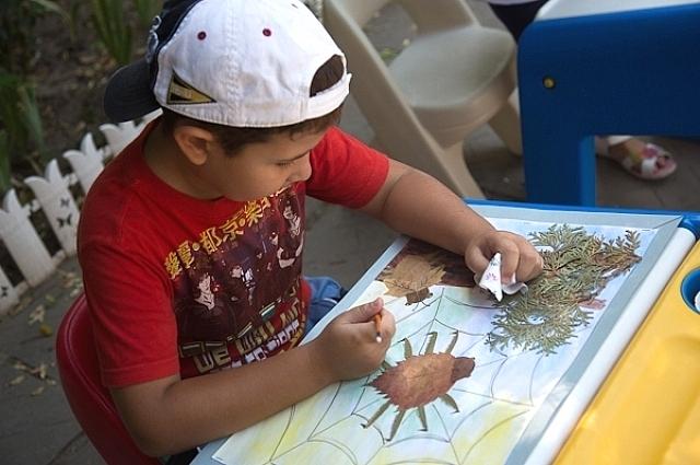 Первые навыки в рисовании, пении, танцах ребенок приобретает через игры.