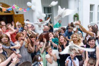 Здесь отпускают птиц в небо так же, как и маленьких выпускников в школьную жизнь